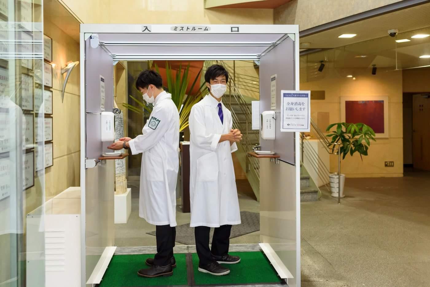 全身消毒ミストシャワーをOB藤田くん兄弟が体験しに来てくれました